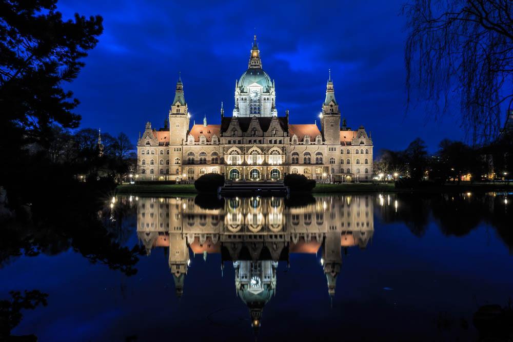Rathaus Hannover Sirui T-004X Traveler Light Reise-Stativ mit Ku